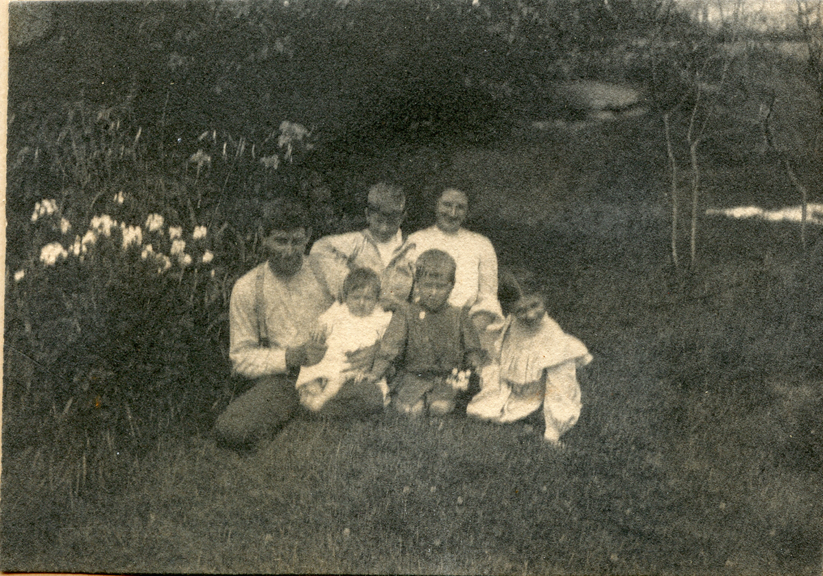 John and Viola Benson (Tracy) Carroll and Four Children
