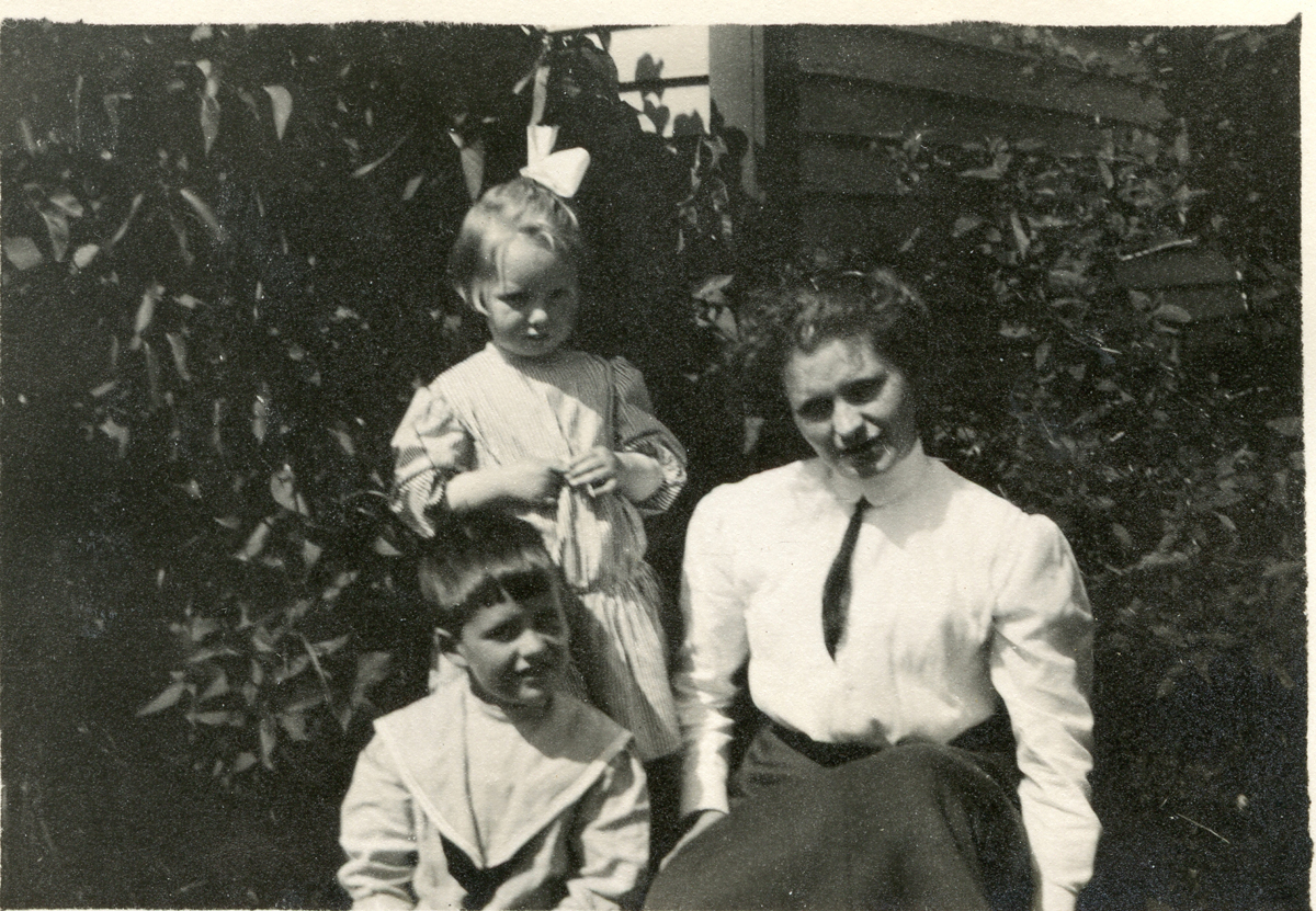 Sarah Tenney Carroll, Mrs. Wilford H. Kittredge with her Family