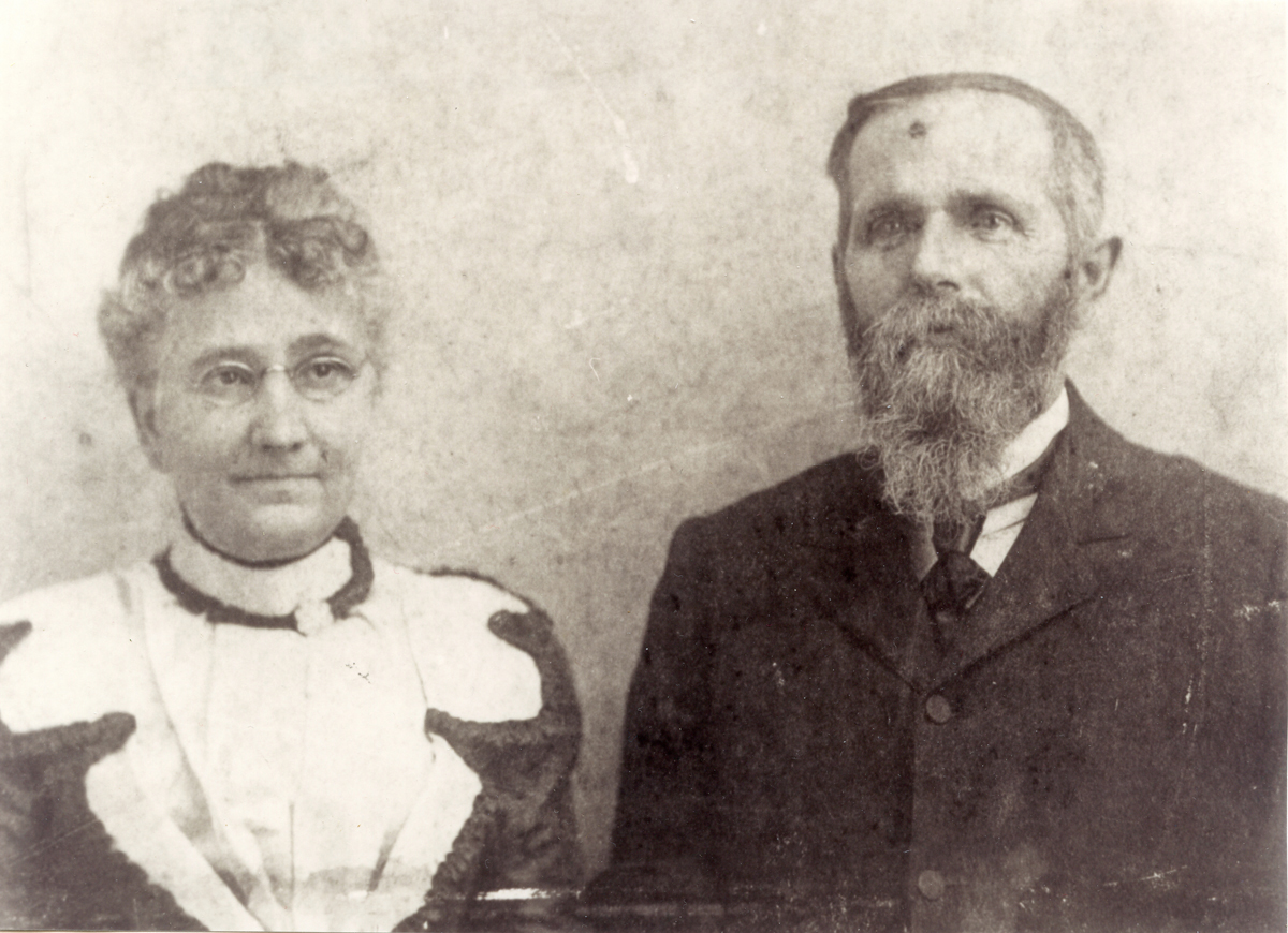 Keeper Roscoe G. Lopaus and Anna Annie Rebecca (Kelley) Lopaus at Minots Ledge Light