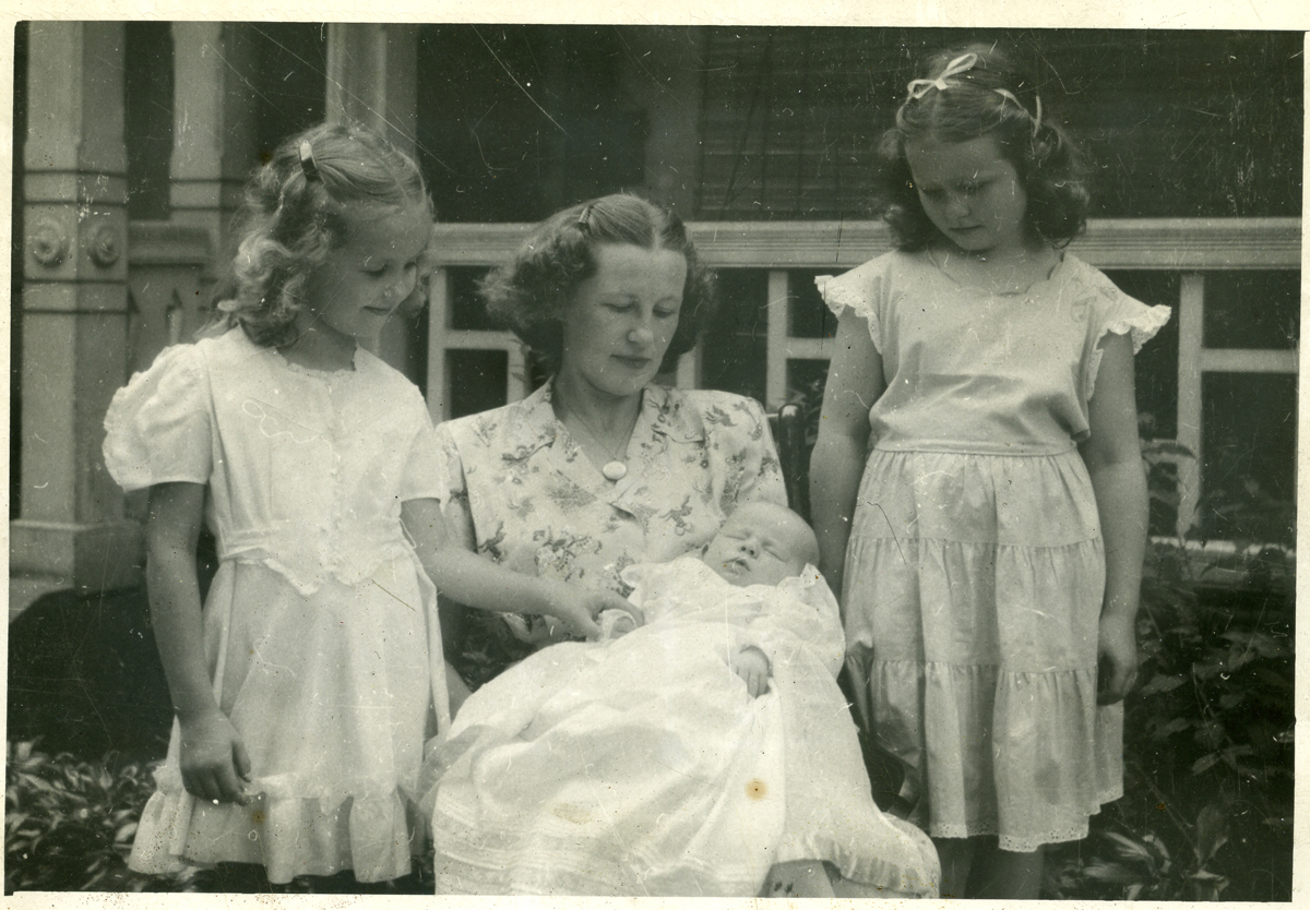 Esther A. (Thurston) Williams, Mrs. William G. Williams Jr. and Children