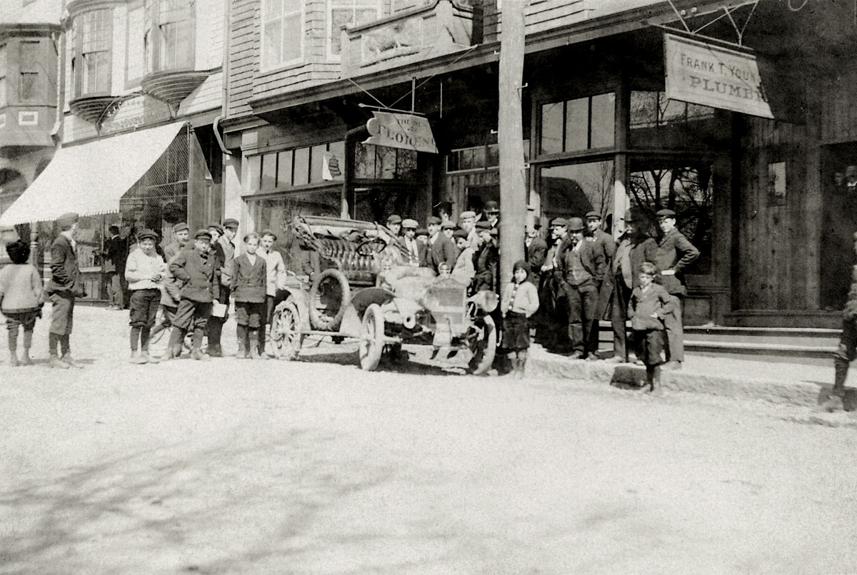 Simeon Holden Mayo and his 1907 Maxwell Automobile at the Florence Hotel, Bar Harbor