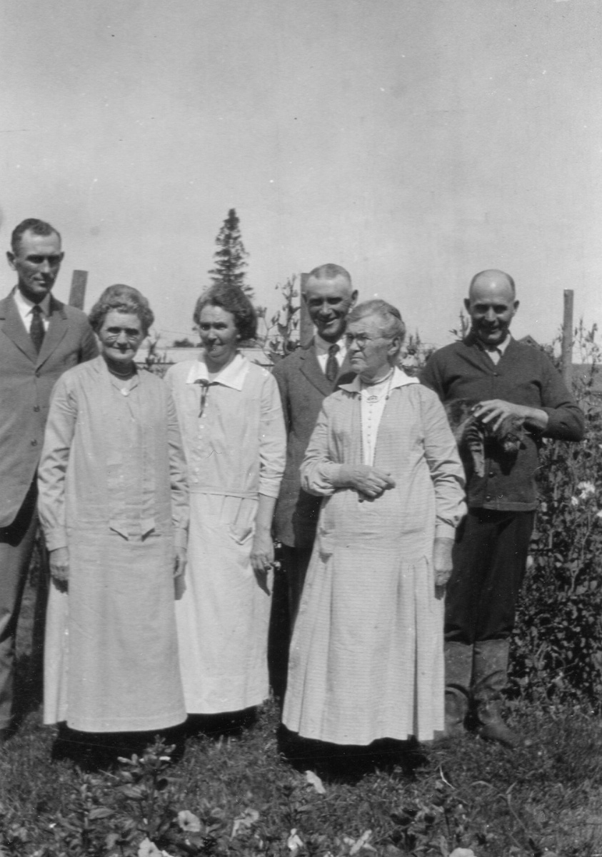 Lucy Ella Lawler Whitmore, Mrs. William Holden Whitmore, with Children